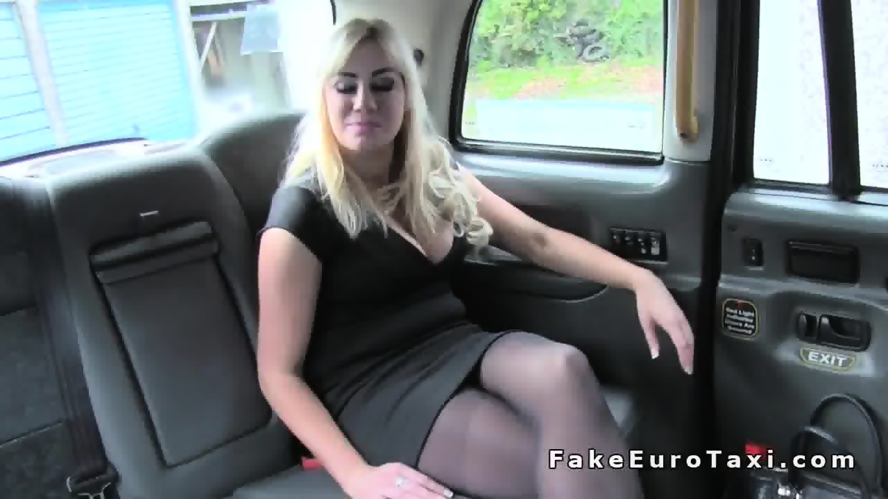 imagen Faketaxi milf with huge juggs tits wanks the driver on backseat