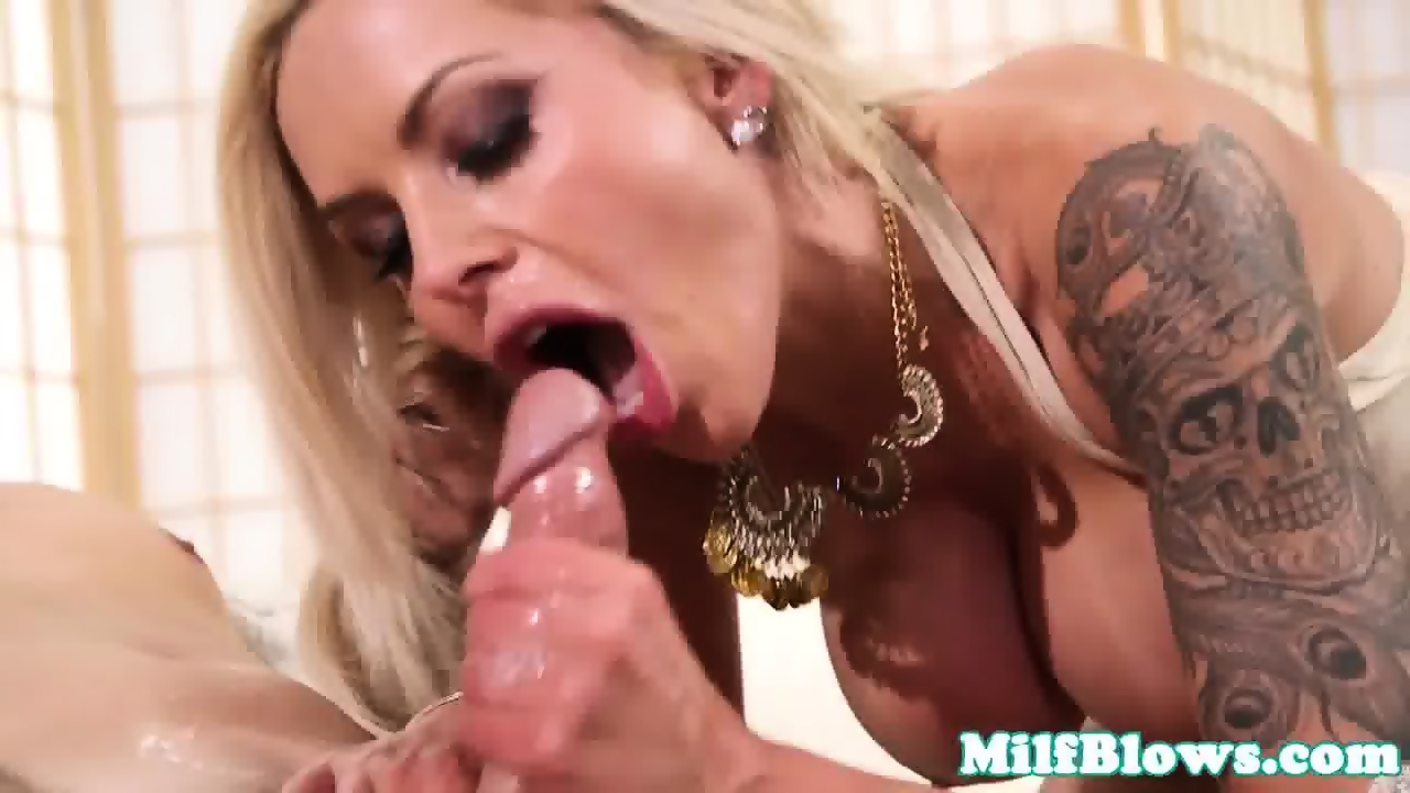 Cockhungry stepmom blowing stepsons dick 7
