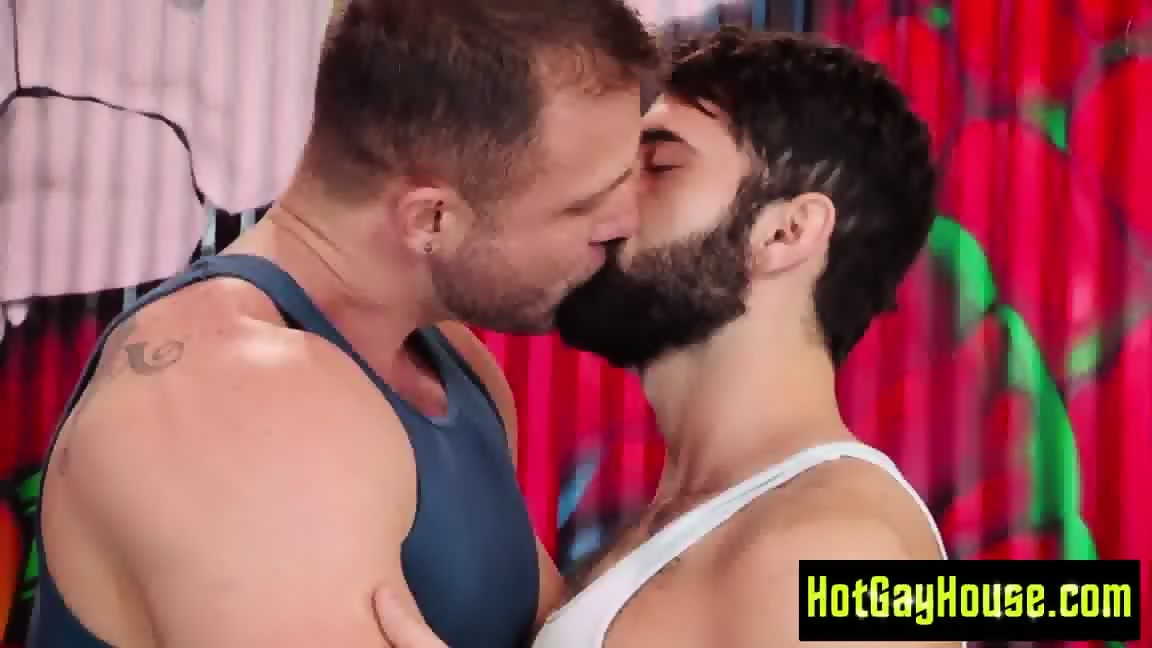 Ambisexual studs receive blowjobs