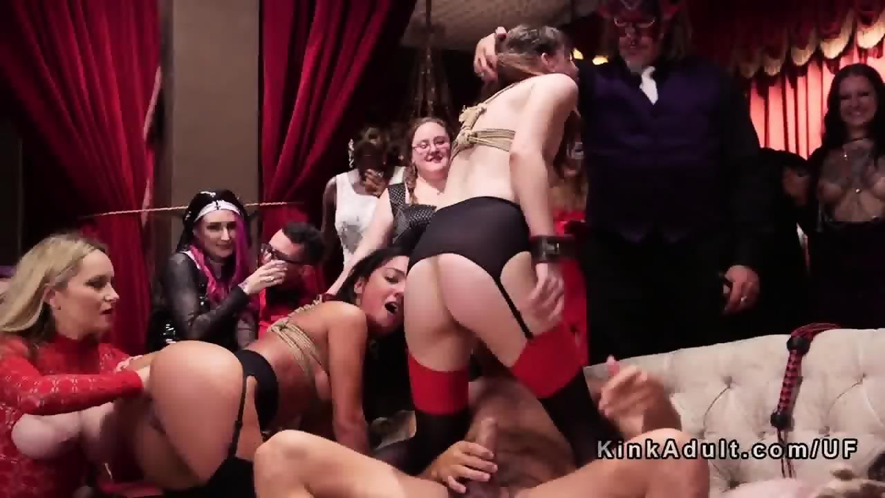 Anal Fisting und Spritzen ins Gesicht auf versauter BDSM Party
