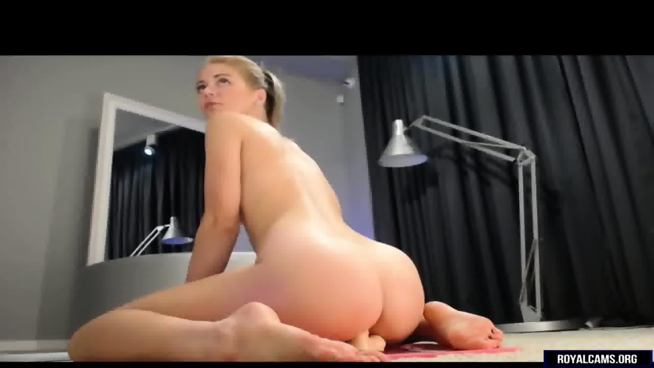 Big butt like it big dildo riding on webcam