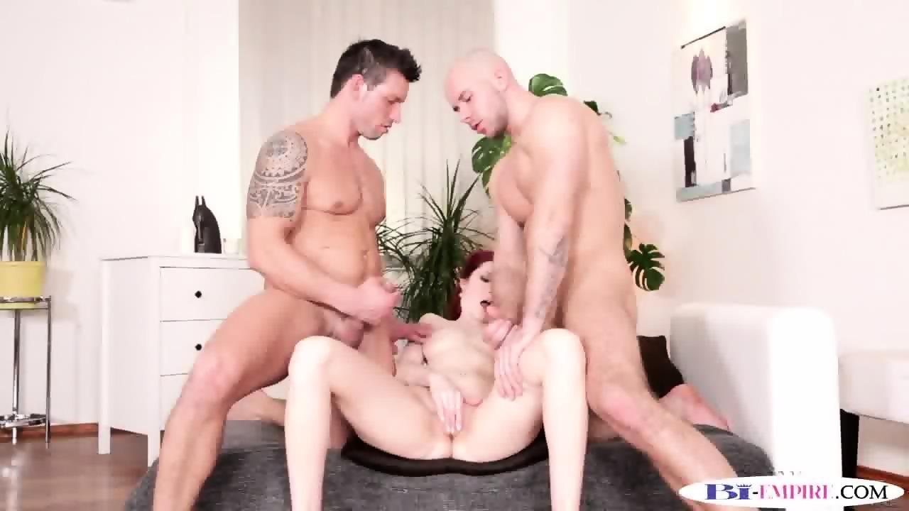 Bisexual studs spitroasting babe in threeway