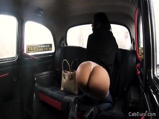 Stunning Columbian hottie fucks in taxi | xxx-video
