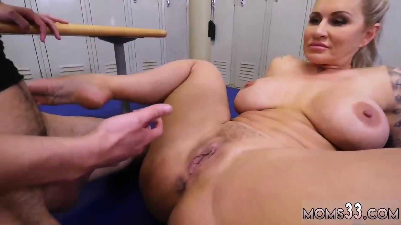 Gigantic dildo stuffs pussy