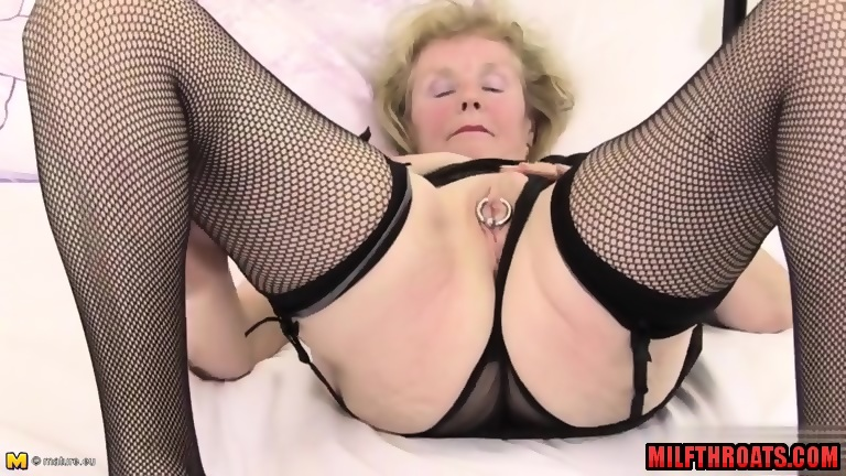 Mature shaved pussy dildo
