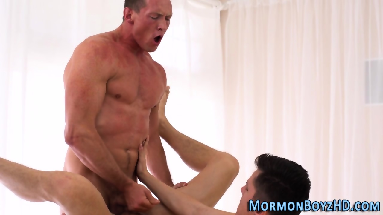Muscly mormon cums tuggin