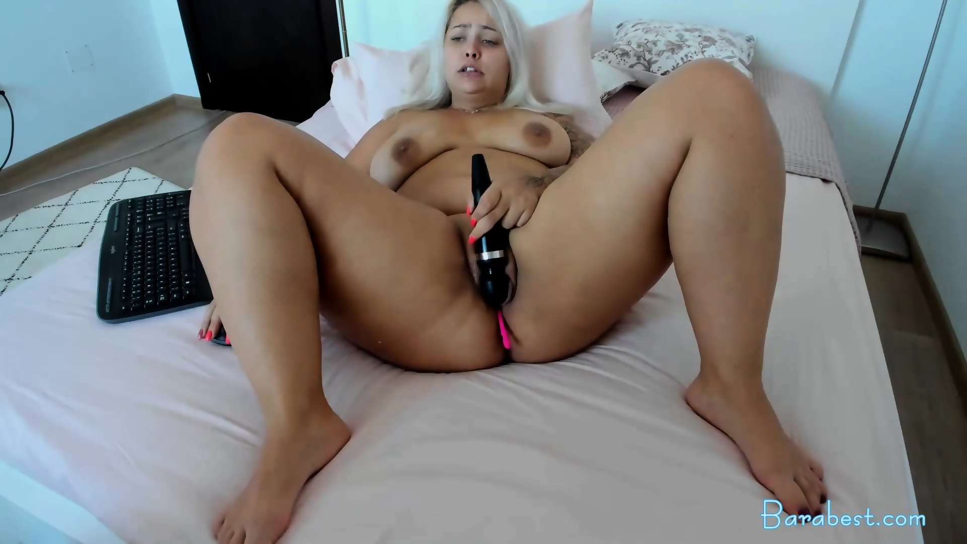 Masturbates big white booty