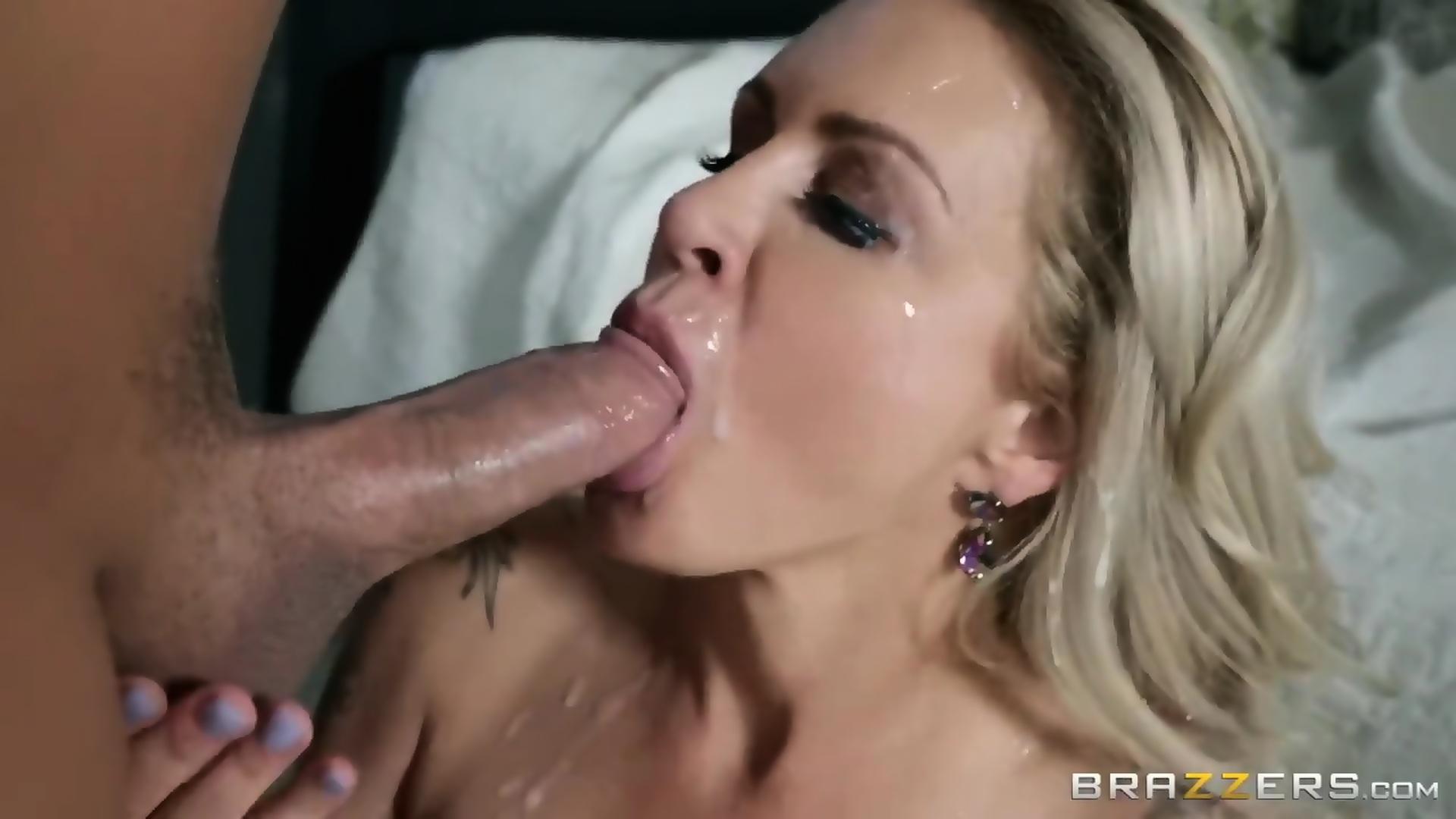 Hot Girlfriend Gives Blowjob