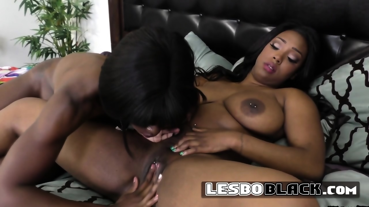 Ebony Rubbing Clit Until Cum