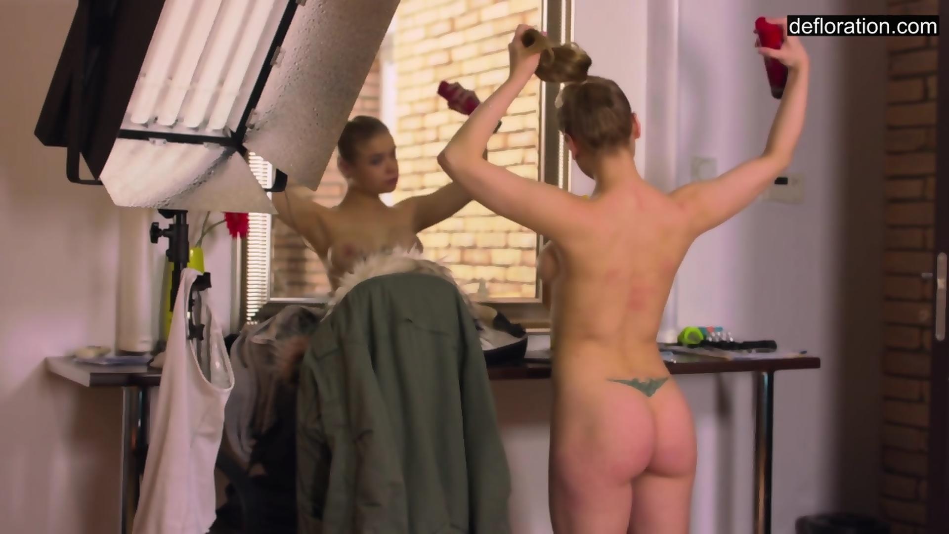 Teeny-Jungfrau Olesya Kisbeka erzählt von sich selbst und masturbiert