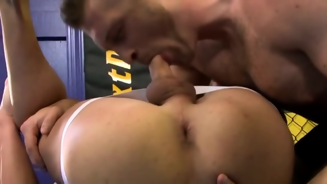 Hunk bottom gets throatfucked by an athletic top