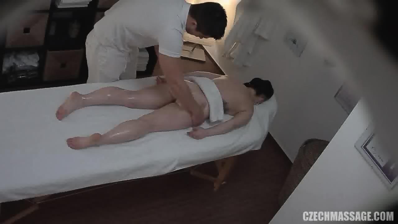 amateur brunette gets pussy massage - eporner