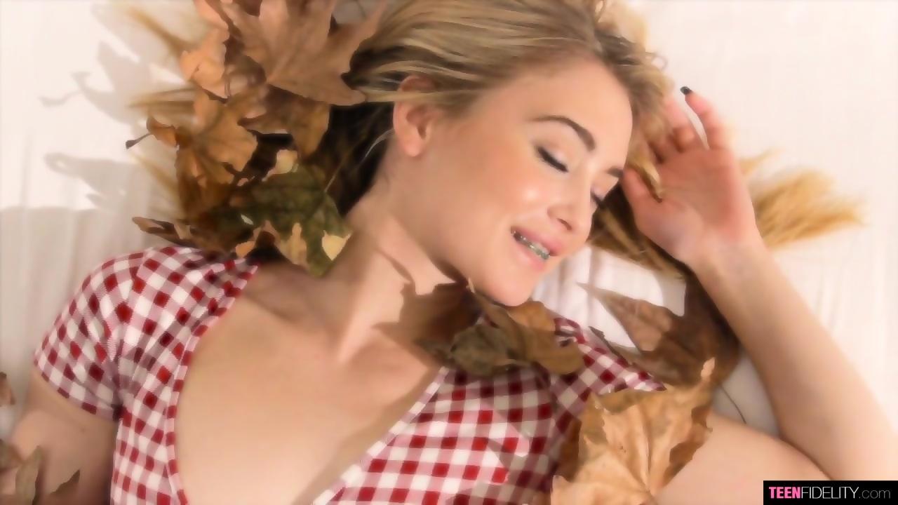 Anastasia Knight mit strammem Gesicht wird gefesselt und hasserfüllt
