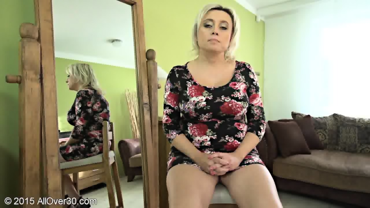 Older woman addicted to nude girl