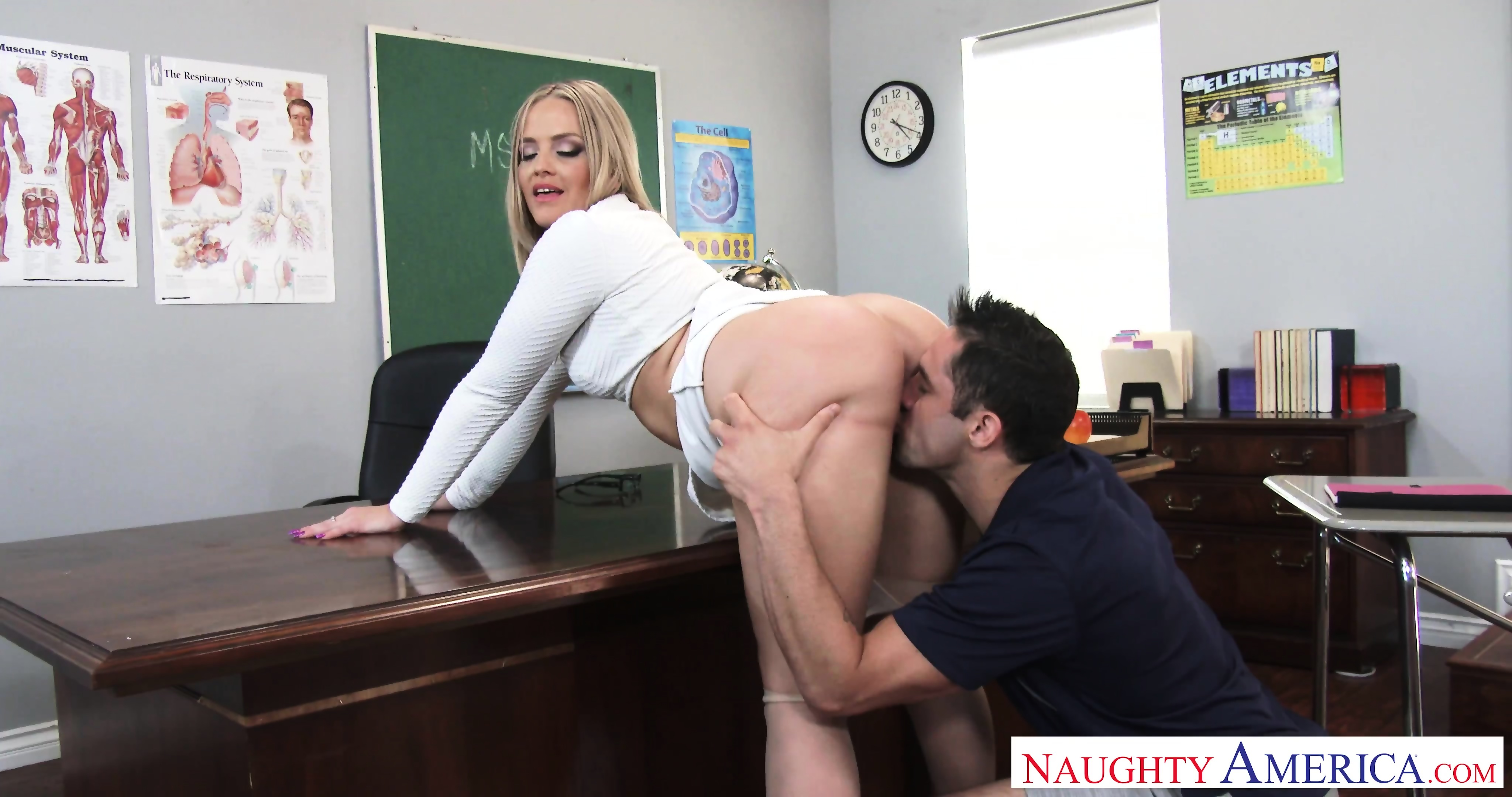 Shemale Fucks Her Own Ass