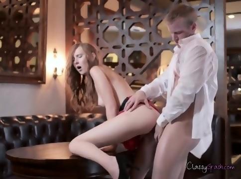 Video fucks mailman on hot girl